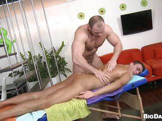Big guy Tomm offer his boy Fernando a massage. He gladly accepts and lays on the table to get rubbed by the bear. Fernando relaxes under those firm hands and Tomm oils him up and rubs him harder. Do you think Fernando will repay his big boy with a blowjob for all his hard working? Let's on to out!